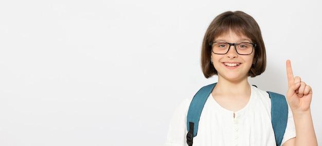 Nahaufnahmeporträt von ihr, sie sieht gut aus, attraktives, sachkundiges, kreatives genie, klug, fröhlich, fröhlich, glatthaariges mädchen im teenageralter, das einzeln auf hell leuchtendem, gelbem hintergrund nach oben zeigt