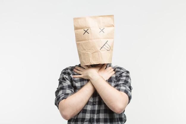 Nahaufnahmeporträt von männern in der toten papiertütenmaske erwürgt sich