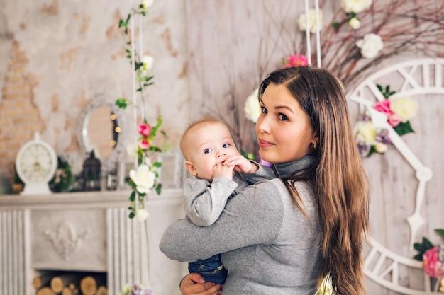 Nahaufnahmeporträt von mutter und babysohn drinnen