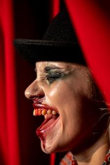 Nahaufnahmeporträt von seitlich halloween-clownmake-up