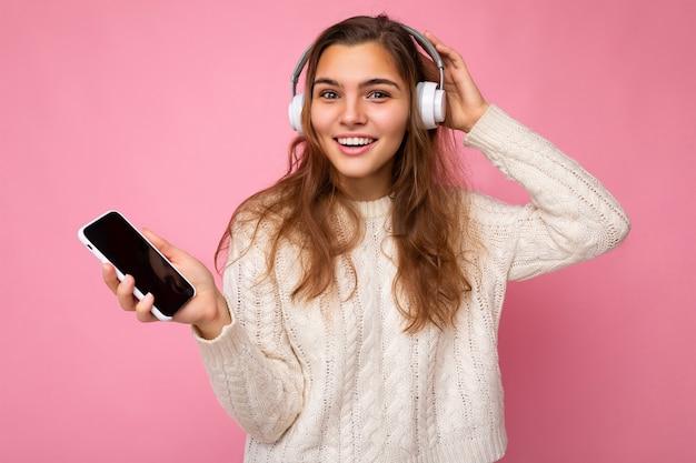 Nahaufnahmeporträtfoto der schönen glücklichen lächelnden jungen frau, die stilvolles lässiges outfit isoliert trägt