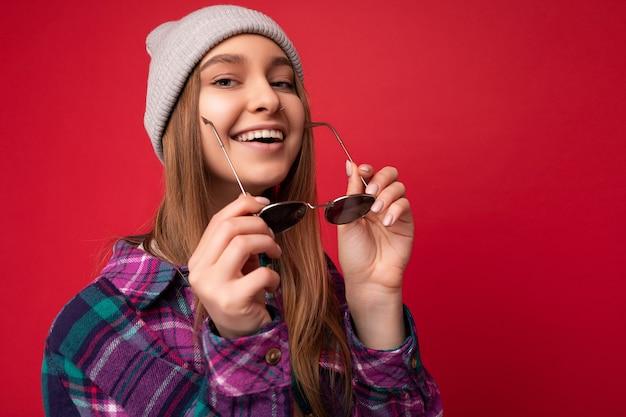 Nahaufnahmeporträtfoto einer schönen positiven jungen brünetten frau, die sommerliche freizeitkleidung trägt