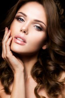 Nahaufnahmeportrait der schönen frau mit hellem make-up