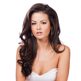 Nahaufnahmeportrait einer schönen jungen frau mit dem eleganten langen glänzenden haar