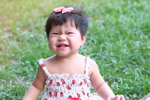 Nahaufnahmeportrait eines netten asiatischen babylächelns.