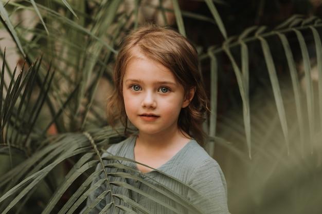 Nahaufnahmeportrait eines schönen babys mit perfekter haut und blonden haaren