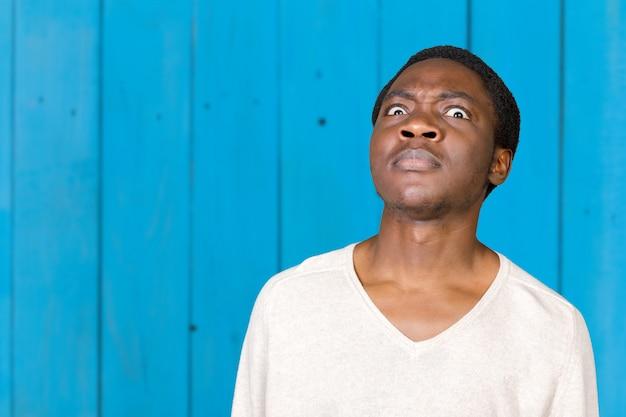 Nahaufnahmeportraitjunge erschrocken, ängstlicher mann voll der furcht