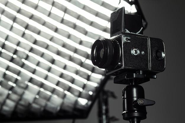 Nahaufnahmeprofi-kamera und fotographienregenschirm