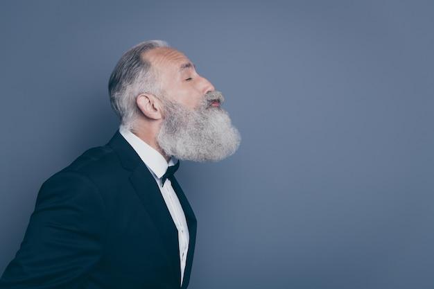 Nahaufnahmeprofil-seitenansichtporträt seines er schönen attraktiven lustigen reizenden liebevollen grauhaarigen mannes, der isoliert über grau violett lila pastellfarbenhintergrund küsst