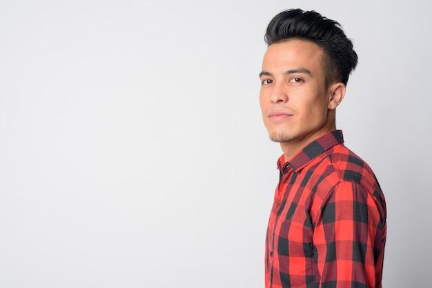 Nahaufnahmeprofilansicht des jungen asiatischen hipster-mannes, der aufwirft