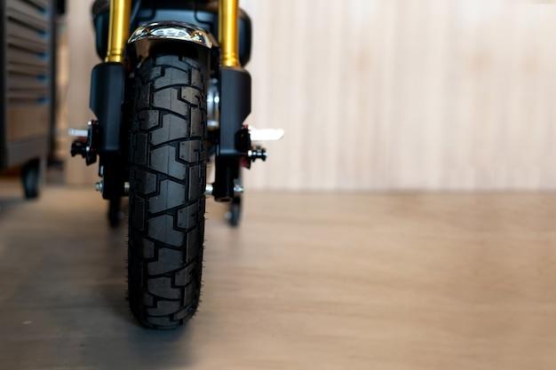 Nahaufnahmereifen des sportmotorrads (weinlesefahrrad)