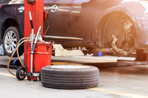 Nahaufnahmereifen und autoparkenreparaturgarage