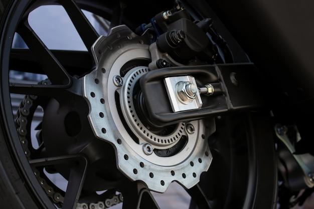 Nahaufnahmereifen- und tellerbacken des sportmotorrads (großes fahrrad)