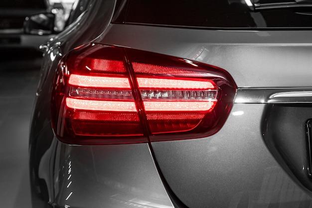 Nahaufnahmerücklicht eines neuen halogengrauen übergangsautos. äußeres eines modernen autos. nahaufnahme detail auf einer der led leuchtet modernes auto.