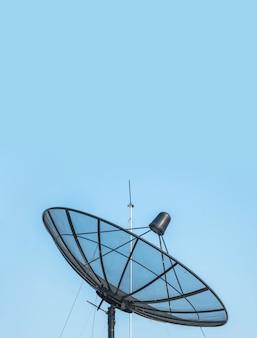 Nahaufnahmesatellitenschüssel auf schönem klarem blauem himmel maserte hintergrund mit kopienraum