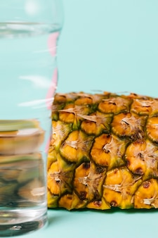 Nahaufnahmescheibe der ananas mit wasser