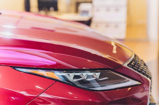 Nahaufnahmescheinwerfer der roten karosserie-nahaufnahme des autos.
