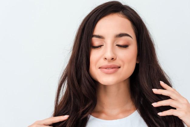 Nahaufnahmeschönheitsporträt der jungen frau mit natürlichem make-up und frisur. spa und pflege.