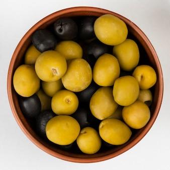 Nahaufnahmeschüssel mit oliven auf tabelle