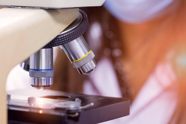 Nahaufnahmeschuß des mikroskops mit metalllinse am labor