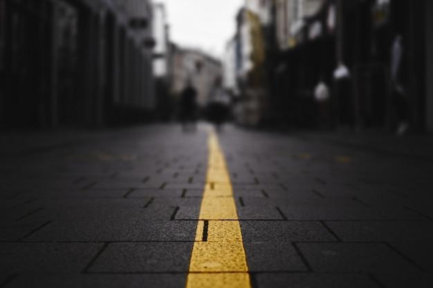Nahaufnahmeschuss einer gelben linie auf der straße