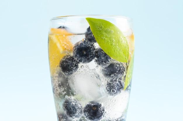 Nahaufnahmeschuss eines glases des kalten getränks mit blaubeeren