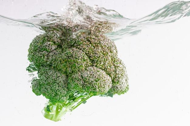 Nahaufnahmeschuss von frischem brokkoli im wasser