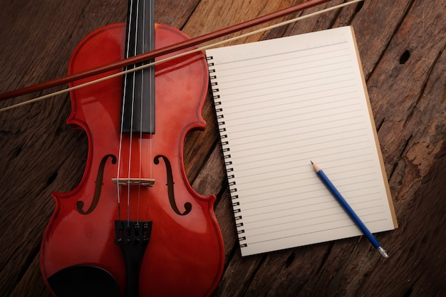 Nahaufnahmeschußviolinenorchester instrumental und notizbuch