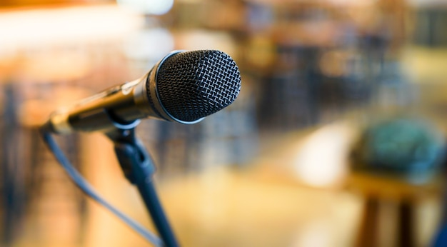 Nahaufnahmeschwarzes stehendes mikrofon am konferenzsaal-konferenzzimmer