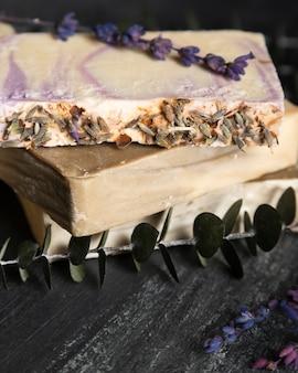 Nahaufnahmeseife von lavendel und von lavendel dazu