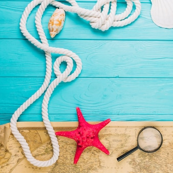 Nahaufnahmeseil nahe starfish und karte