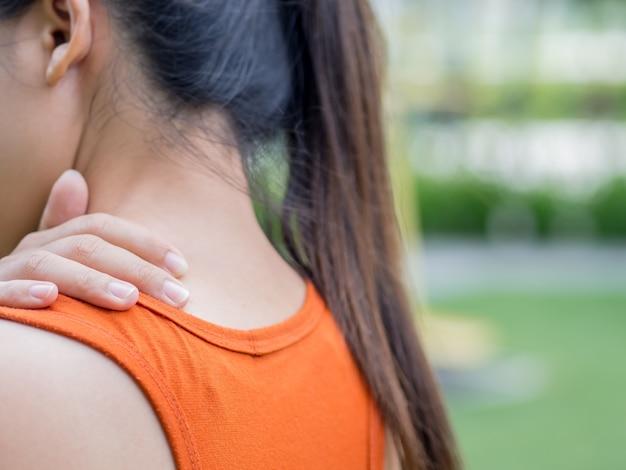 Nahaufnahmesport-frauengefühlsschmerz auf ihrem hals und schulter