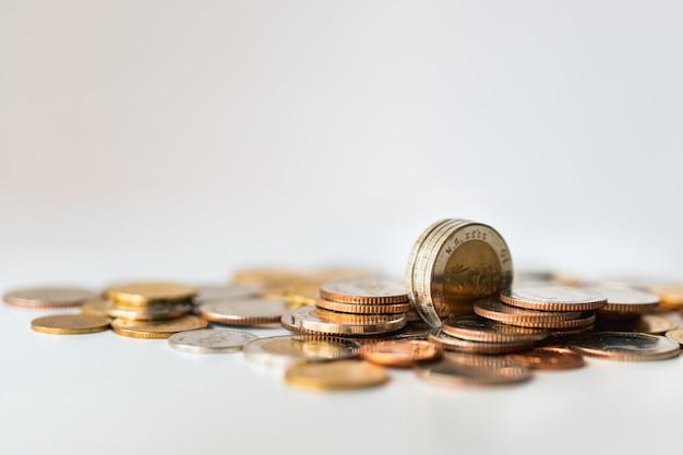 Nahaufnahmestapelmünzen auf weißem hintergrund