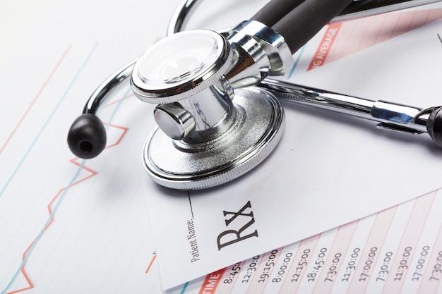 Nahaufnahmestethoskop auf medizinischen dokumenten