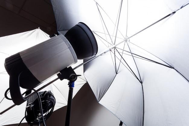 Nahaufnahmestudioblitz im grau im fotostudio. studiolicht für die fotografie