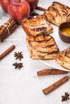 Nahaufnahmestücke geschmackvoller kuchen und äpfel