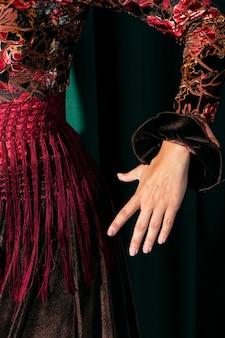 Nahaufnahmetänzer, der hand hält