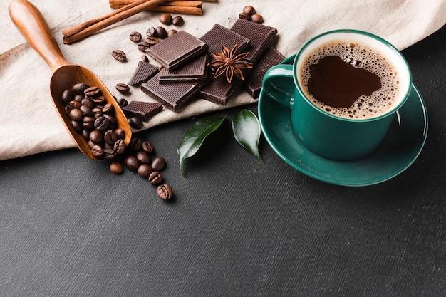 Nahaufnahmetasse kaffee auf dem tisch