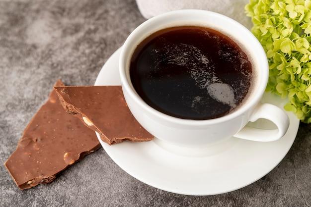 Nahaufnahmetasse kaffee mit schokolade