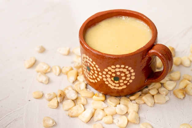Nahaufnahmetasse suppen- und maiskörner