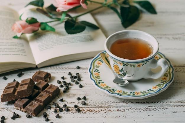 Nahaufnahmetasse tee mit schokolade