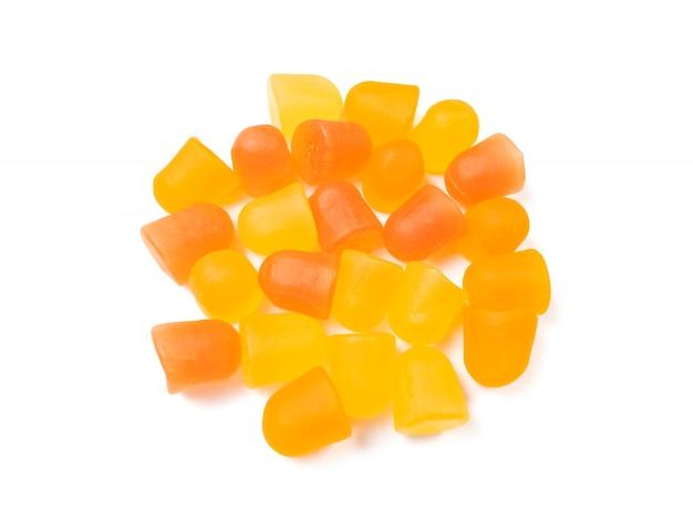 Nahaufnahmetextur von orangefarbenen und gelben multivitamin-gummis. gesundes lebensstilkonzept.