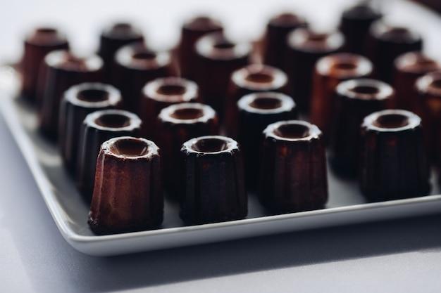 Nahaufnahmeumhüllungsplatte mit appetitanregendem frischem schokoladenschokoladenkuchenkleinen kuchen auf tabelle am luxusrestaurant