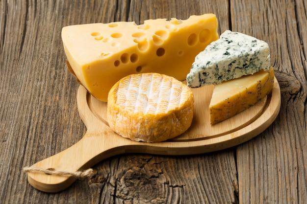 Nahaufnahmevielfalt des gourmet-käses, der zum servieren bereit ist
