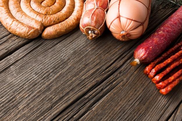 Nahaufnahmevielfalt des köstlichen schweinefleischs auf dem tisch