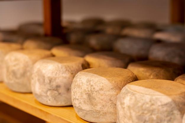 Nahaufnahmevielfalt des reifen käses