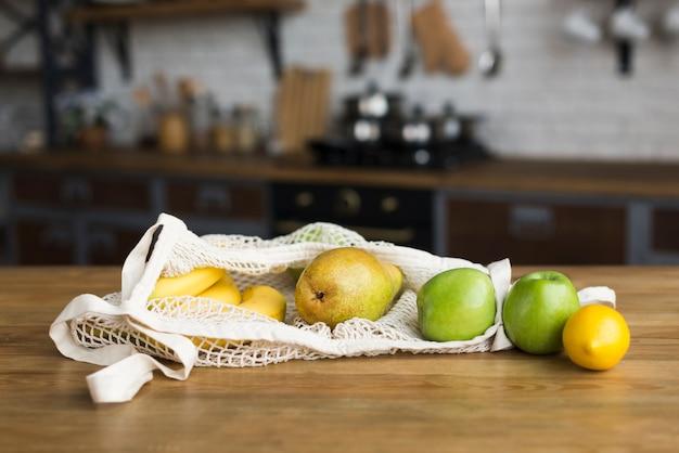 Nahaufnahmevielfalt von bio-früchten auf dem tisch