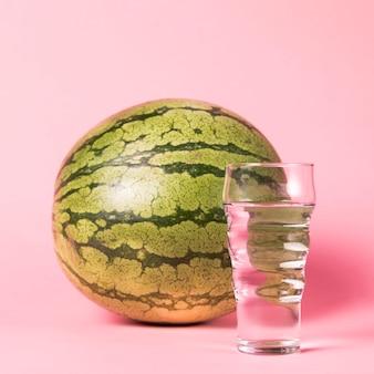 Nahaufnahmewassermelone und -glas