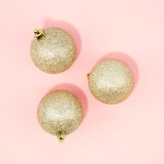 Nahaufnahmeweihnachtsbälle mit rosa hintergrund