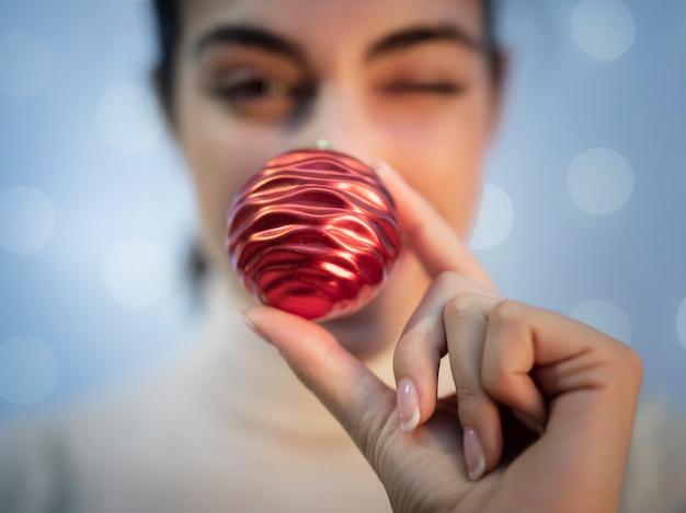 Nahaufnahmeweihnachtsdekoration für tannenbaum
